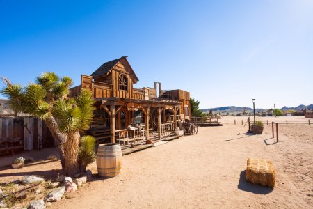 Photo pour Vue en ville pionnière avec des constructions en bois et décorations de temps de Far west - image libre de droit