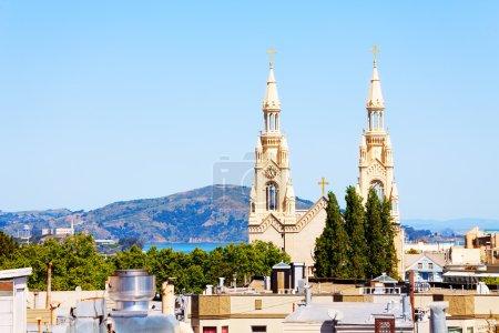 Photo pour Vue sur San Francisco et l'église Saint-Pierre-et-Paul par temps clair - image libre de droit