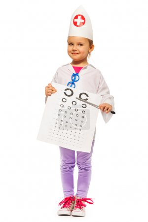 Photo pour Jeune fille jouant ophtalmologiste avec pointeur et l'essai de carte, isolé sur blanc - image libre de droit