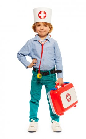 Photo pour Jeune garçon avec chapeau de médecins et instruments jouets, isolé sur blanc - image libre de droit