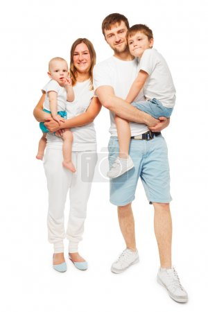 Photo pour Grande famille heureuse, mère et père tient à leurs enfants, debout dans des t-shirts similaires sur fond blanc - image libre de droit