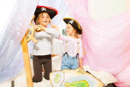 Lustige Mädchen in Piratenkostümen