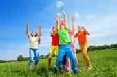 šťastné děti chytat míč
