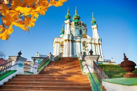 Photo pour Église Saint-Andrew avec automne feuilles à Kiev, Ukraine - image libre de droit