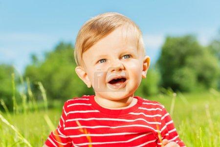 Foto de Lindo niño feliz en el día de verano - Imagen libre de derechos