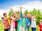 Děti po bílé letadlo hračka se zbraněmi