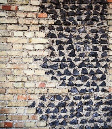 Photo pour Le mur du bâtiment qui est en partie fait de rondins de bois - image libre de droit