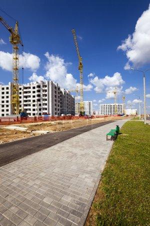 Photo pour Construction de la nouvelle maison dans le nouveau quartier de la ville. Bélarus - image libre de droit