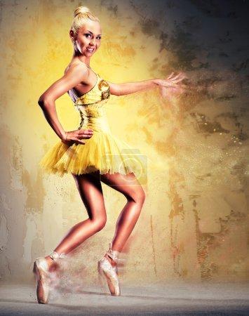 Photo pour Belle ballerine en tutu jaune sur le point. Image avec effets numériques - image libre de droit