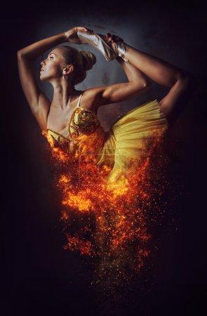 Photo pour Ballerine dans un incendie. Art numérique - image libre de droit