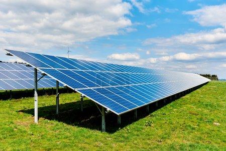 Foto de Paneles solares en un campo verde - Imagen libre de derechos