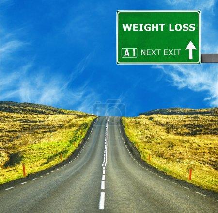 Photo pour Panneau de signalisation de perte de poids contre claire ciel bleu - image libre de droit