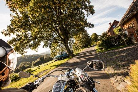 La vue sur le guidon de la moto