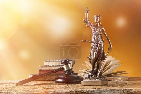 Photo pour Themis en vedette - le concept de justice. - image libre de droit