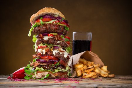 Photo pour Delicious big burger on dark background - image libre de droit