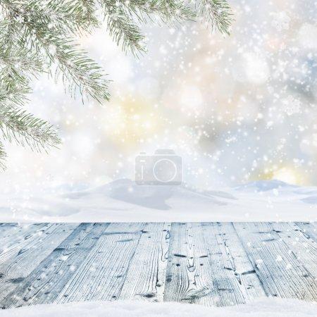 Photo pour Fond hiver avec table en bois - image libre de droit
