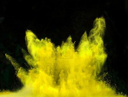 Photo pour Poudre colorée lancée, isolée sur fond noir - image libre de droit