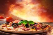Finom olasz pizzát szolgálnak fel, a fából készült asztal