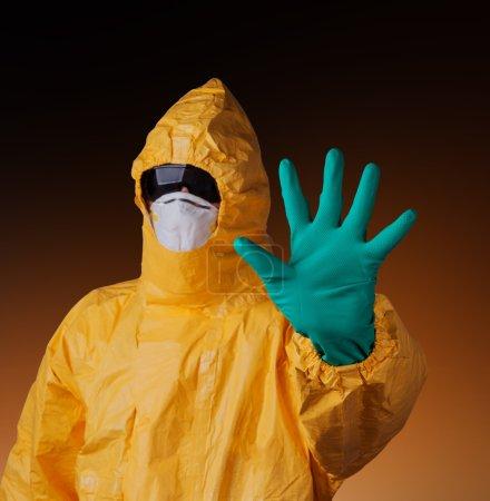 Photo pour Scientifique avec combinaison de protection jaune, concept Ebola . - image libre de droit