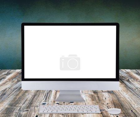 Photo pour Affichage d'ordinateur sur table en bois . - image libre de droit