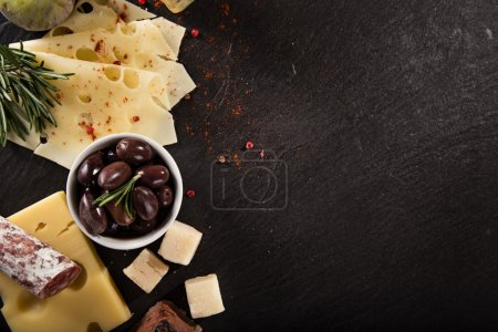 Photo pour Différents types de fromage sur table en pierre, nature morte . - image libre de droit