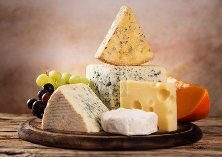 Photo pour Différents types de fromage, nature morte . - image libre de droit