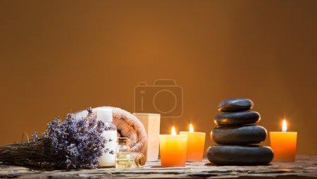 Photo pour Spa nature morte avec empilés de pierre et de bougies allumées, gros plan . - image libre de droit