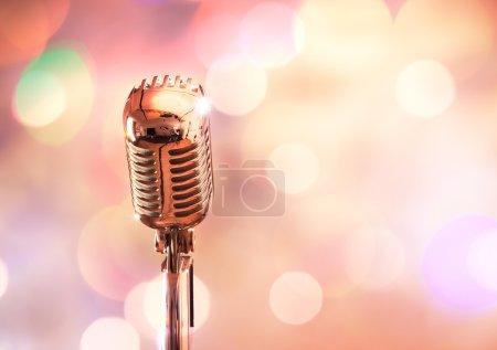 Photo pour Microphone rétro sur fond coloré - image libre de droit