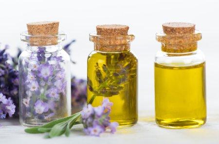 Photo pour Soins de bien-être avec des fleurs de lavande sur table en bois. Spa nature-morte. - image libre de droit