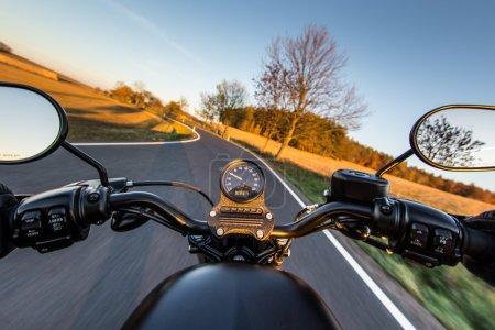 Photo pour La vue sur le guidon d'une moto en excès de vitesse - image libre de droit
