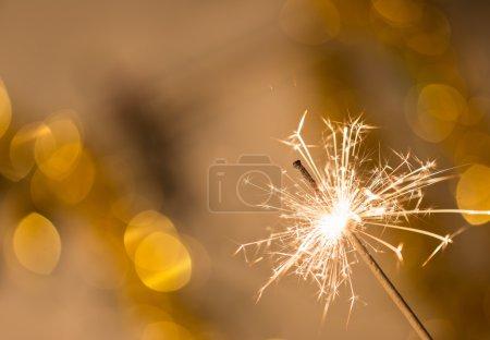 Photo pour Brillant coloré sur fond bokeh. Fête ou thème de Noël . - image libre de droit