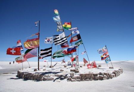 Photo pour Drapeaux dans un désert salé de Salar de Uyuni, Bolivie - image libre de droit