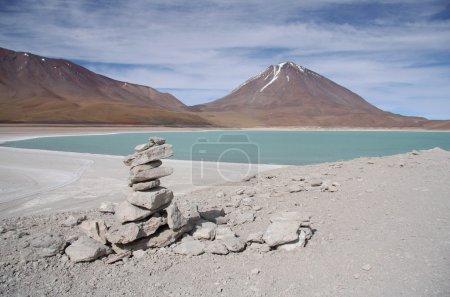 Photo pour Laguna Verde et Volcan dans le désert d'Atacama, Salar de Uyuni, Bolivie - image libre de droit