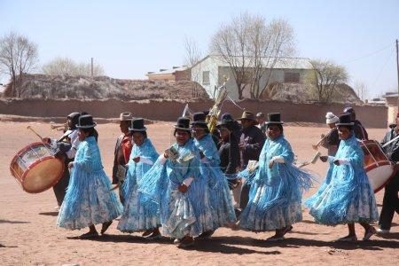 Photo pour Les gens dansent pendant les vacances sur une petite place du village en Altiplano bolivien, Andes, Amérique du Sud - 21.09.2013 - image libre de droit