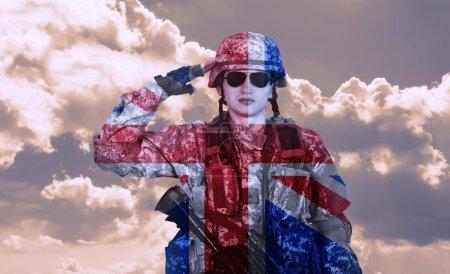 Photo pour Saluts de soldat sur un ciel et Angleterre drapeau fond, double exposition - image libre de droit
