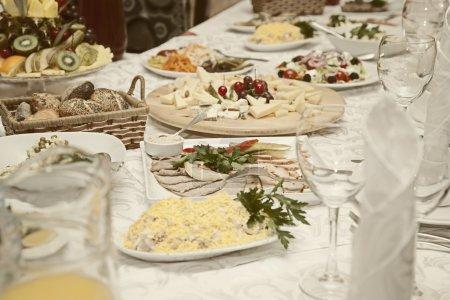 Photo pour Salades et snacks sont sur la table festive dans un restaurant - image libre de droit