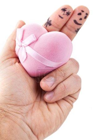 Photo pour Couple peint sur les doigts de l'homme et de sa boîte cadeau en forme de coeur. - image libre de droit