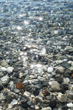 Photo pour Pierres de gravier au fond de la mer près du littoral . - image libre de droit