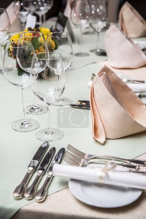 Photo pour Dîner de mariage au restaurant . - image libre de droit