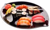 Sushi na černém plátu. Tradiční japonské jídlo