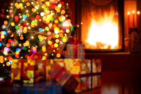 Foto de Escena de Navidad con árbol regalos y fuego en fondo de arte - Imagen libre de derechos