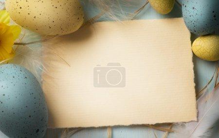 Photo pour Art oeufs de Pâques sur fond en bois - image libre de droit