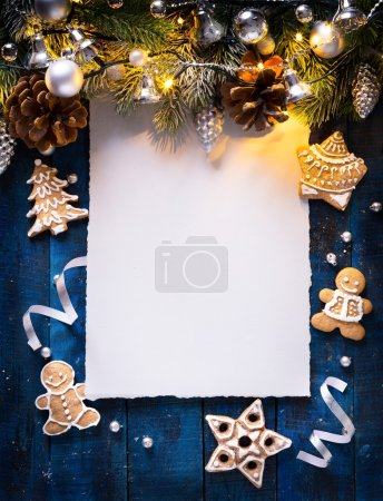 Photo pour Fond de Noël avec branches de sapin et boules d'argent avec lumière de vacances - image libre de droit