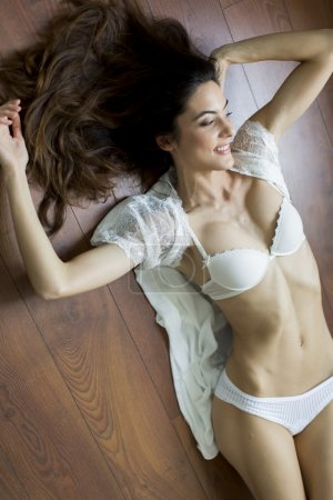 Photo pour Femme en lingerie portant sur le sol - image libre de droit