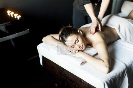 Photo pour Jolie jeune femme ayant un massage au centre de bien-être - image libre de droit
