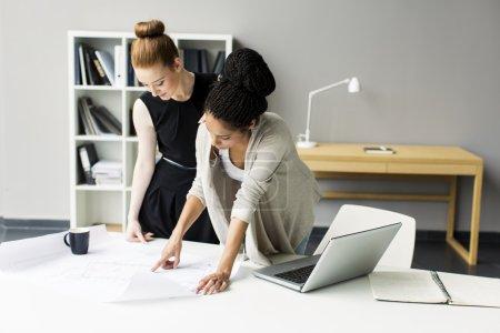 Photo pour Jeunes femmes au bureau - image libre de droit