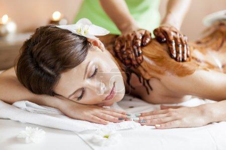 Photo pour Découvre à l'arrière de la femme un massage au chocolat chaud - image libre de droit