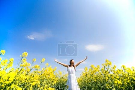 Photo pour Jeune femme dans le champ de printemps - image libre de droit