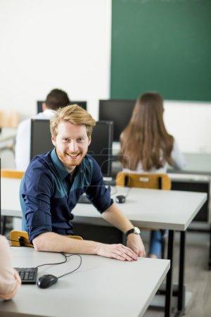 Photo pour Étudiants en classe - image libre de droit