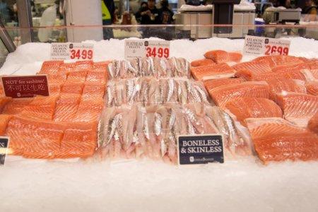 Photo pour Des poissons au marché aux poissons de Sydney. 52 tonnes de fruits de mer sont vendues aux enchères sur ce marché chaque jour . - image libre de droit